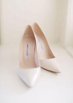 Los zapatos de novia me van a dar más de un dolor de cabeza, cuando se trata de comprarme unos ya sean para una boda o para diario soy delicada.