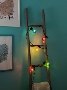 Denne batteridrevne lysslyngen med timer fra Konstsmidehar 5 multifargede pærer og er en svært dekorativ slynge som er fleksibel i bruk. LED slyngen består av en strømledning på 3 m og selve lysslyngen på 2 m.Det er 50 cm avstand mellom hver pære ogpærene kommer i gul, rød, blå og grønn. Kabelen er sort. Icicle Christmas Lights, Icicle Lights, Outdoor Fairy Lights, Led Fairy Lights, White String Lights, Solar String Lights, Traditional Light Bulbs, Led Filament, Tree Lamp
