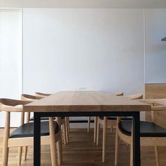 「シンプルの中に上質さを」夫婦で拘り抜いたおうちづくり。_______n.t.kさんのご自宅を探索!(前編) | ムクリ[mukuri] Dining Table, Kitchen, Room, House, Furniture, Home Decor, Houses, Bedroom, Cooking