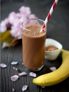 A delicious (and simple) banana chocolate smoothie recipe using only a banana raw cocoa powder rice milk & ice. Great for a quick snack! Healthy Bedtime Snacks, Healthy Protein Snacks, Protein Smoothie Recipes, Quick Snacks, Yummy Smoothies, Chocolate Banana Smoothie, Chocolate Snacks, Chocolate Recipes, Healthy Chocolate