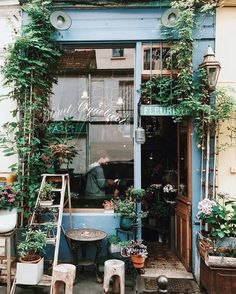 inspiration for the entrance to the potting shed - ladder, mix-match vases perhaps even a greenery garland if room in the floral budget...