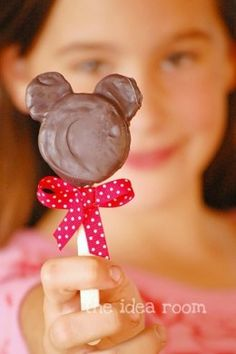 View the Minnie Mouse Oreo Chocolate Pops recipe/tutorial here.....