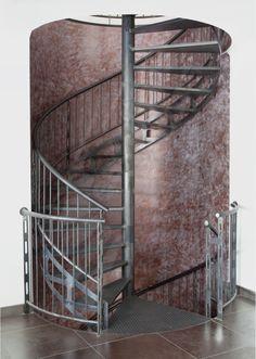 DH86 - Escalier Hélicoïdal desservant 3 étages SPIR'DÉCO® San Francisco - modèle déposé d'Escaliers Décors® au look industriel. Escalier avec marches Nanoacoustic® pour un escalier métallique silencieux.
