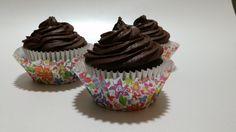 Esta es otra receta de cups de chocolate, llevan chispas de chocolate blanco y frosting de doble chocolate