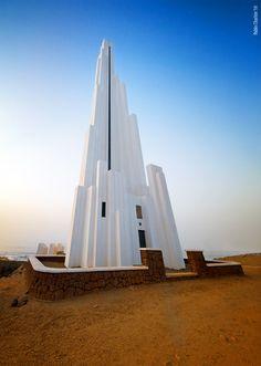 "Monumento Futurista: ""Faro de Punta del Hidalgo"", una obra de arte arquitectonica de incomparable belleza - Foto de Pablo Charlon Island Design, Beach Bars, Canario, Island Beach, Canary Islands, Best Hotels, Spain, Around The Worlds, Building"