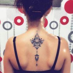 Soyez inspirée avec ce tatoo : Idee tattoo mandala dos bijou pendentif pour femme. Retrouvez tous les modèles, significations de motifs sur tatouagefemme.eu