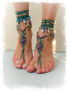 Woodland FAIRY BAREFOOT sandals Forest Green Tribal ANKLETS Gypsy Sandals Garden Wedding Leaf Toe ankle bracelet Nature jewelry GPyoga perfect accessory with a lil flat for your enchanting forest or mountain wedding. Hippie Style, Hippie Gypsy, Hippie Chic, Gypsy Style, Bohemian Style, Boho Chic, Modern Hippie, Hippie Party, Estilo Hippie