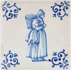 Azulejo antiguo holandés de Delft en azul con una mujer llevando mercancías en su hombro, siglo XVII. 1630.
