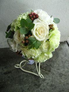 ホワイト×グリーンのラウンドブーケ。 http://relier-fleurs.com/