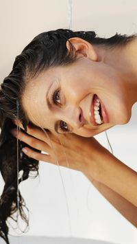 Cara Keramas 2 Kali yang Baik Menurut Penata Rambut Selebriti