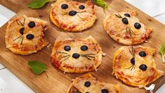 Mini Pizzas chats Cute Food, Good Food, Pizza Food Truck, Mini Pizzas, Chats Recipe, Cooking With Kids Easy, Grilled Pizza Recipes, Disney Inspired Food, Halloween Snacks For Kids