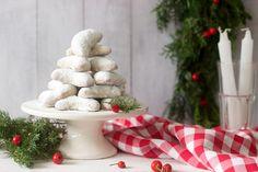 csavard fel. A széleket nyomkodd össze.  Pakold a kifliket sütőpapírral Christmas Wreaths, Food And Drink, Baking, Holiday Decor, Bakken, Backen, Sweets, Pastries, Roast