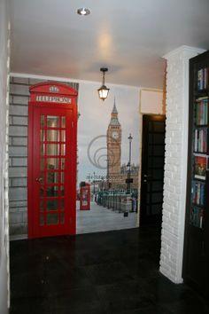 Лондон в интерьере прихожей смотрится очень стильно.