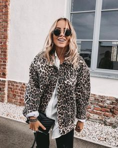 Trendy leopard print jacket over white shirt and black pants. Trendy leopard print jacket over white shirt and black pants. Taylor Swift Street Style, Nyc Street Style, Mode Outfits, Casual Outfits, Fashion Outfits, Fashion Blouses, Fashion Tips, Fashion Trends, Fall Winter Outfits