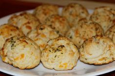 Yesterday I woke up from a wonderful Sunday nap and I was STARVING! I've been wanting to try this recipe for a while now, and when I awoke f. Copycat Recipes, Bread Recipes, Red Lobster Cheddar Bay Biscuits Recipe, Breakfast Recipes, Dinner Recipes, Biscuit Recipe, Food Hacks, Yummy Food, Yummy Yummy