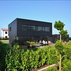 Einfamilienhaus - Plusenergiehaus | b+c - (Holzhaus mit schwarzer Fassade)
