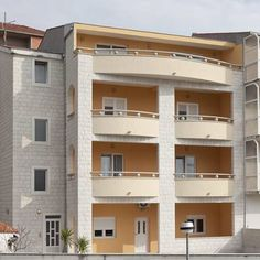 Apartments Villa Vujcic Makarska A 10-minute walk from the nearest beach, Apartments Villa Vujcic is quietly set in Makarska. Featuring a garden with a terrace and barbecue facilities, it offers free Wi-Fi, free shuttle service and air-conditioned accommodation.