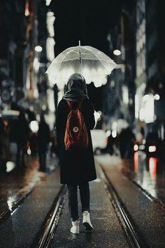 (Gidiyorum artık'' gözlerim'den sildiğim bütün hüznüm'' vedalara'' armağan olsun'' gidiyorum artık'' sesini duyamadığım uzaklara'' sevgisini görmediğim sevdalara'' ve ismini bilmediğim bütün yalnızlığa'' bu son hüznüm olsun'' gidiyorum artık.....................