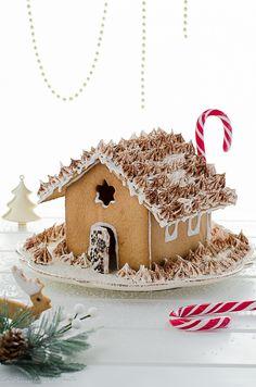 La casetta di pan di zenzero è un dolce dal sapore tipicodel periodo natalizio, la presenza di spezie ricorda in particolare questo periodo dell'anno e i decori in ghiaccia reale sono la