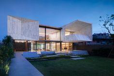 Marble House, imponente volumen con la esencia del #mármol. El discurso del #proyecto residencial realizado por Openbox Architects integra interiores y exteriores como un todo indivisible para entrelazar la #arquitectura con el paisaje.Te invitamos a pasear por esta pieza escultórica con el #revestimiento #porcelánico #XLIGHT de URBATEK - #PORCELANOSA -#Arquitectura #Interiorismo #Paisajismo: #OPNBXFotografía: @wisont @wworkspace - #OPNBX #Architecture #Marble #Minimal #Building #Facada