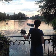 Regarde le lac...