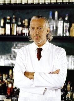 Чарльз Шуман, 73 года Несмотря на то, что по происхождению Чарльз немец, он прочно ассоциируется со средиземноморским стилем. Его легко представить в белоснежной свободной рубахе, льняных брюках, сандалиях или эспадрильях и на сицилийский манер зачесанными назад волосами. Все благодаря рекламным кампаниям Baldessarini, чьим лицом этот бармен и повар являлся несколько лет.