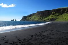 Vík í Mýrdal – The beautiful Black Sand Beach in Iceland Beach Pink, White Sand Beach, Michel Fugain, Grand Canyon, Famous Places In France, Les Cascades, Royal Caribbean Cruise, Shore Excursions, European Destination