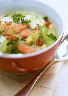 Bereiden: Stoof de aardappel en prei in boter. Kruid met zout, peper en nootmuskaat. Voeg de bouillon toe, breng aan de kook en laat ca. 20 min. sudderen. Was de zalmfilet, dep droog en snijd in repen. Voeg dille en room bij de soep en breng aan de kook. Leg de zalm erin en laat ca. 4-5 min. trekken tot hij gaar is, laat niet meer koken.