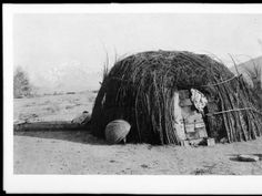 Dome-shaped Paiute Indian hut in Inyo County, ca.1900 :: California Historical Society Collection, 1860-1960