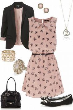 Vestido rosa, casaco preto e sabrinas pretas.