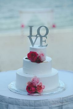 Add just a few flowers to your wedding cake for a pop of color and a touch of romance at Now Sapphire Riviera Cancun!