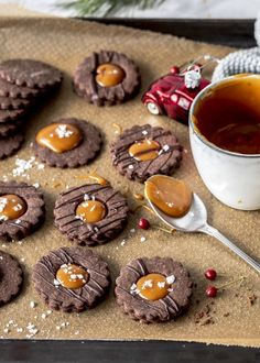 Delicious chocolate croissants with salted caramel recipe Bake caramel Christmas salted caramel biscuits Cupcake Recipes, Baking Recipes, Cookie Recipes, Dessert Recipes, Caramel Biscuits, Salted Caramel Cookies, Chocolate Cookies, Chocolate Tarts, Salted Caramels