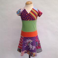 Vrolijke meisjes jurk met wijd rokje gemaakt van hergebruikt en nieuwe tricot maat 110/116
