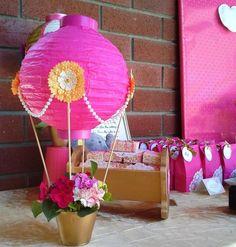 Heißluftballon aus Lampenschirm als Deko für Babyshower gestalten