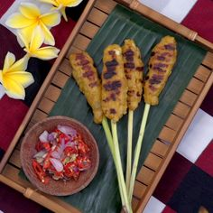 This spicy Balinese version of satay has fish chicken and a whole lot of yumminess. Sweet & Easy, Malay Food, Malaysian Food, Malaysian Recipes, Indonesian Cuisine, Diy Food, Street Food, Food Hacks, Asian Recipes