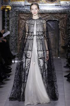 Elegantes Cape bei Valentino Haute Couture