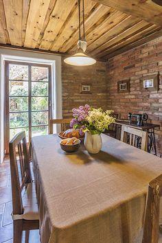 Prostorný jídelní kout v kuchyni je prosvětlený velkým francouzským oknem, které se otevírá do předzahrádky. Dining Table, Rustic, Interior Design, Kitchen, House, Furniture, Home Decor, Houses, Country Primitive