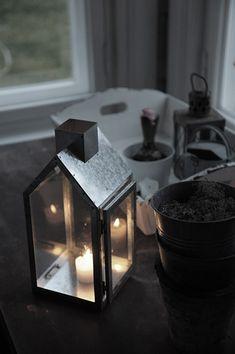 P ö m p e l i: Keittiön harmaa kaappi ja adventin valoa