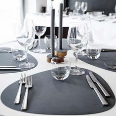 Table mat Curve L by LindDNA: Order placemats in the typical LindDNA shape of recycled leather, available in the home design shop.