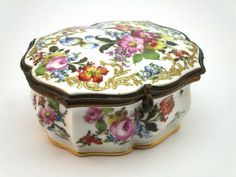 ANTIQUE 19thC MEISSEN STYLE HAND PAINTED PORCELAIN ORMULU MOUNTED TRINKET BOX