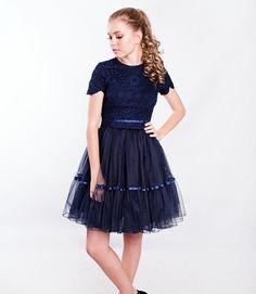 dea35e91ab39 Dívčí modré krajkové šaty s tylovou sukní nad kolena. Cena od 4899 Kč.