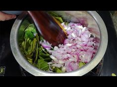 Onion oil stimulates hair growth, prevent hair loss and premature grey hair. Onion improves the production of collagen necessary for hair. How to make onion oil at home! Hair Loss Cure, Anti Hair Loss, Prevent Hair Loss, Onion Hair Growth, Hair Growth Oil, Onion Oil For Hair, Hair Oil, Hair Remedies For Growth, Hair Loss Remedies