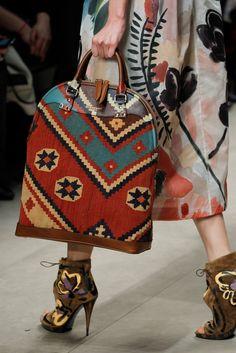 The complete Burberry Fall 2014 Ready-to-Wear fashion show now on Vogue Runway. Model Burberry Fall 2014 Ready-to-Wear Fashion Show Burberry Prorsum, Tapestry Bag, Tapestry Crochet, Burberry Fall 2014, Mochila Crochet, Cuir Orange, Fashion Magazin, Handmade Bags, Louis Vuitton Speedy Bag