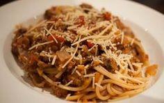 Ragù di lenticchie - La nostra ricetta di oggi vi mostrerà come preparare il ragù di lenticchie. Se siete stanchi del classico ragù con carne e passata di pomodori ma non avete voglia di rinunciare ad un piatto unico, saporito e adatto a tutta la famiglia, questa ricetta fa al caso vostro. Questo primo piatto è adatto a tutti, soprattutto a chi segue un'alimentazione vegana o vegetariana. Esistono inoltre tantissime varianti; per i vegani o vegetariani potete fare una variante con il tofu…