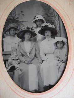 Victorian Tintype Photo ~ Picture of Seated Victorian Women with Little Girls Doll Victorian Hats, Victorian Women, Edwardian Era, Vintage Photos Women, Vintage Ladies, Vintage Images, Tintype Photos, Victorian Pictures, Love Hat