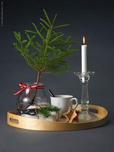 En julfin frukostbricka uppskattas av både stora och små. SKALA bricka i björk, TILLBAKA mugg, ENSIDIG vas, FÖRTJUST ljusstake. Stylist: Lotta Agaton