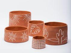 Painted Plant Pots, Painted Flower Pots, Ceramic Flower Pots, Flower Pot Art, Flower Pot Design, Pottery Painting Designs, Pottery Designs, Painted Ceramic Plates, Terracotta Pots