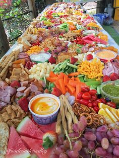 Grazing tablesthe perfect way to entertain! Food Platters, Party Platters, Grazing Tables, Charcuterie Board, Charcuterie Ideas, Cheese Appetizers, Veggie Tray, Easy Snacks, Catering