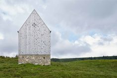 The chapel is built on a small hill between two footpaths. Enclosed by gently sloping grassland, it is situated in the changeover between cultivated and natural landscape just belonging to the alp area. The entrance is located at the upper path, which ...