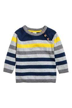 Camisola em malha fina: Camisola em malha fina e macia. Modelo com botões em viés na parte superior e remate do decote, os punhos e o cós canelados em cor de contraste.
